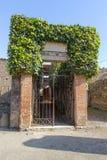 Eingang des ruinierten Landhauses in Pompeji Stockbilder
