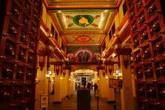 Eingang des Tempels Sri Mariamman, Singapur nachts Stockfotografie