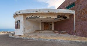 Eingang des verlassenen alten Hauses durch das Meer mit Schmutz verwitterte hölzerne doppelte Blatttür und braune Steinziegelstei lizenzfreies stockbild