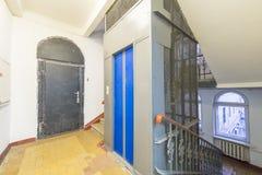 Eingang eines Wohngebäudes mit einem Aufzug Stockfotografie
