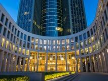 Eingang eines Wolkenkratzers im Geschäftsgebiet von Frankfurt Lizenzfreies Stockfoto