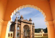 Eingang majestätischen Mysore-Palastes von einem Bogen Stockfotografie