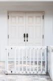 Eingang mit der Weiß farbigen Tür Stockfoto