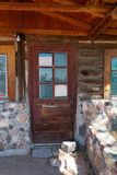 Eingang mit Glas- und hölzernertür zu einem geschlossenen Speicher stockfotografie