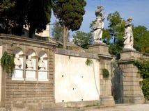 Eingang mit Statuen des Weges, den das führt zu das Haltung Frederick in Monselice durch die Hügel im Venetien (Italien) Lizenzfreie Stockfotografie