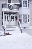 Eingang mit Weihnachtsdekorationen stockbild