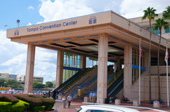Eingang nach das Tampa Convention Center mit Leuten in der Front Lizenzfreie Stockfotos