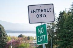 Eingang nur kein Ausgangs-Zeichen stockfotos