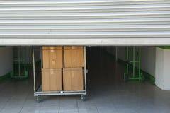 Eingang in Selbstspeichereinheiten, großer Warenkorb mit Kästen in der Front, Metalltor stockfoto