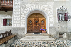 Eingang und Fresko eines typischen Engadin-Architekturhauses in Scuol Stockbild