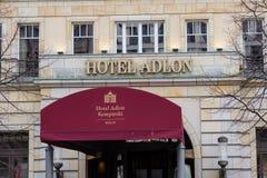 Eingang und Logo des berühmten Hotels Adlon in Berlin, Deutschland Lizenzfreie Stockfotos