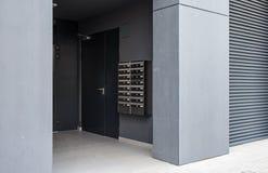 Eingang und Postbox im Neubau Stockbild