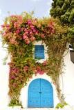 Eingang verziert mit Blumen Stockbilder