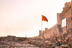 Eingang von Ayasoluk-Schloss mit türkischer Flagge und weißem Brett herein Stockbild