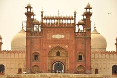 Eingang von Badshahi-Moschee an der Dämmerung, Lahore, Pakistan stockbild
