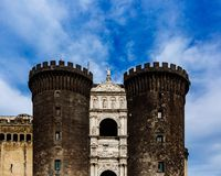Eingang von Castel Nuovo in Neapel, Italien stockfotos