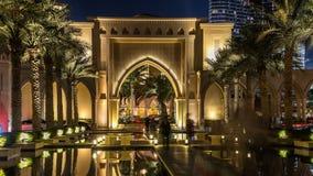 Eingang von Hotels, von Büros und von Souk nahe Burj Khalifa das höchste Gebäude im Welt-timelapse hyperlapse in Dubai stock footage