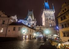 Eingang zu alter Stadt Hradcany nachts, Prag lizenzfreie stockfotografie