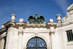 Eingang zu Burgatten-Park in Wien Der doppelköpfige Adler ist Lizenzfreie Stockfotografie