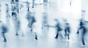 Eingang zu den modernen Gebäude- und Leuteschattenbildern Lizenzfreie Stockfotografie