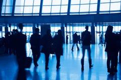 Eingang zu den modernen Gebäude- und Leuteschattenbildern Lizenzfreie Stockfotos