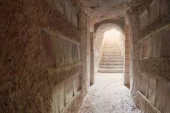 Eingang zu den Sousse Katakomben überschwemmte mit Leuchte Stockfotografie