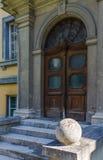 Eingang zu einem alten Gebäude Stockbilder
