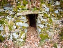 Eingang zu einem alten verlassenen Steinkeller in Tvedestrand, Norwegen stockbilder