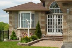 Eingang zu einem modernen Familienhaus Stockbild