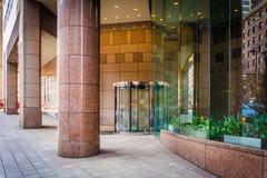 Eingang zu einem modernen Gebäude in im Stadtzentrum gelegenem Baltimore, Maryland Stockbilder