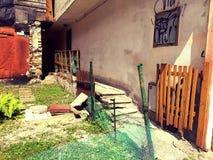 Eingang zu einem vernachlässigten bunten Yard lizenzfreies stockbild