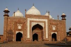 Eingang zu einer Moschee (masjid) durch Taj Mahal, Indien lizenzfreies stockbild