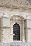 Eingang zu erneuerter alter Kirche Stockfotografie