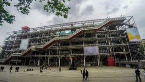 Eingang zu Pompidou-Mitte in Paris, viele Leute gehen zu besichtigen, Zeitspanne stock video footage