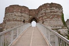 Eingang zu ruiniertem Schloss Stockfotos