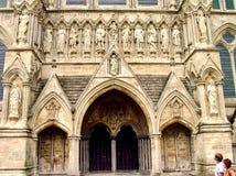 Eingang zu Salisbury-Kathedrale, England Lizenzfreie Stockbilder