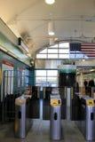 Eingang zu Savin Hill Station, wenn die Leute kommend und von der Bahnstation gehen, Dorchester, Masse, 2014 Stockfotos