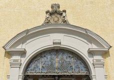 Eingang zu St. Michael Basilica bei Mondsee, Österreich stockfotografie