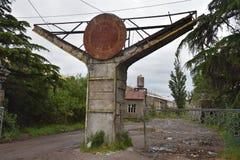 Eingang zu verlassener Fabrik in Kutaisi, Georgia Stockfotos