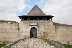 Eingang zu Ziegelstein Khotyn-Stadt und zum Fort, Ukraine Das Schloss wurde im 14. Jahrhundert errichtet Stockfoto