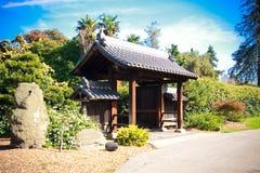 Eingang zum blauen Himmel des japanischen Gartens bewölkt Bäume stockbilder