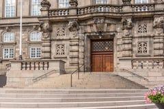 Eingang zum dänischen Parlament Kopenhagen stockbild