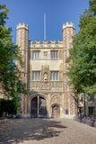Eingang zum Dreiheitscollege in Cambridge, Großbritannien Stockbilder