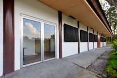 Eingang zum einfachen Bürohaus Stockfoto