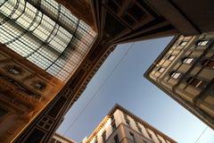 Eingang zum Galleria Vittorio Emanuele in Mailand gegenüber modernen Gebäuden Stockbilder