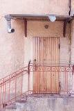 Eingang zum Gebäude durch eine Holztür Schritte mit Metallhandlauf Stockbilder