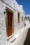 Eingang zum Haus im griechischen schmalen Weg Lizenzfreies Stockbild