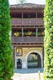 Eingang zum Hof des Klosters von Troyan in Bulgarien Lizenzfreie Stockbilder