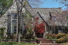 Eingang zum Holz schichtete Haus mit japanischem Ahorn und hölzerne die Fensterläden und Reben, die auf der Wand im Vorfrühling w lizenzfreies stockbild