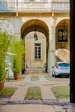 Eingang zum kleinen und freundlichen Wohnhof in der Mitte von Mailand, Lizenzfreie Stockfotografie